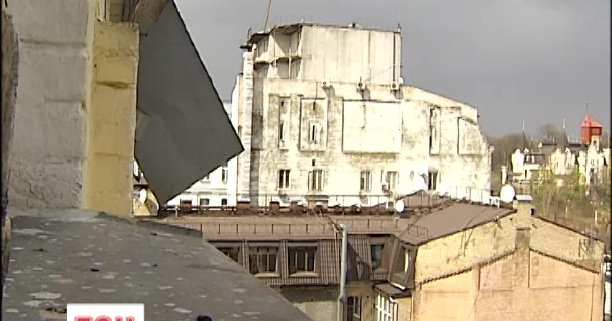 Киевлян предупредили о сильном ветре: может срывать ветки деревьев и рекламные щиты