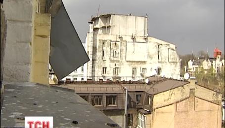 Шквальный ветер в столице переворачивал деревья и повредил крышу многоэтажки