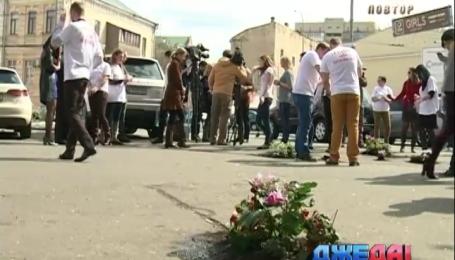 Активисты украсили цветами ямы на тротуарах, чтобы власть заметила дыры на пешеходных зонах