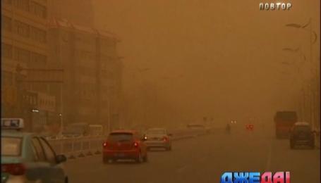 В Китае песчаная буря полностью парализовала движение транспорта