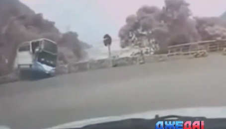 В Китае автобус не удержался на серпантине и упал со скалы - подборка ужасных ДТП