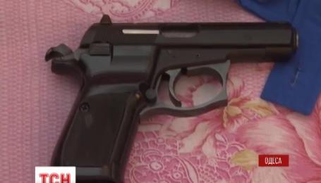 В Одессе иностранец хранил оружие под детской кроватью