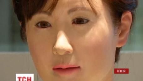 В универмаге в центре Токио работает женщина-робот