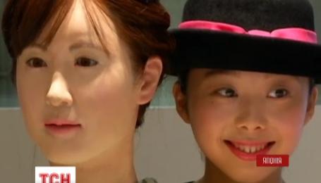 Новый сотрудник универмага в центре Токио - женщина-робот