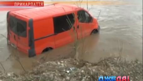 Две машины на Прикарпатье нырнули в водоворот