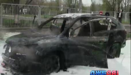 В Запорожье посреди улицы загорелся внедорожник