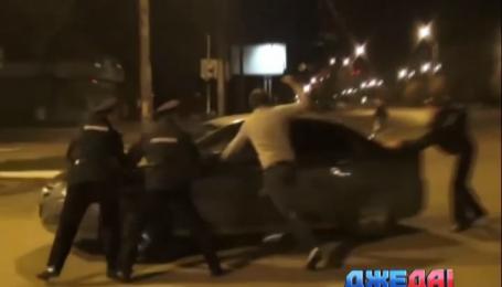 Нетрезвый российский водитель справил нужду на колесо авто активиста