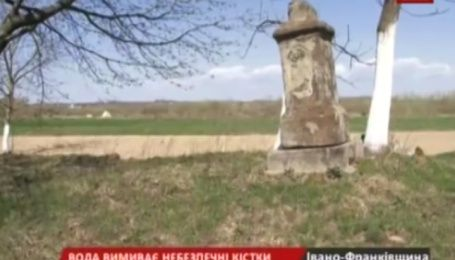 В одному із сіл Калуського району річка підмиває цвинтар із захороненнями після тифу