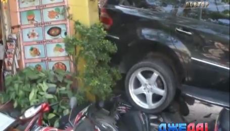 Женщина на внедорожнике перепутала педали и въехала на мопеды