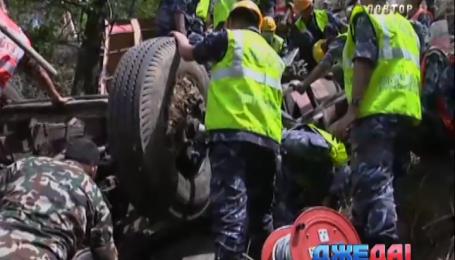 В Непале автобус упал с обрыва, 17 человек погибли