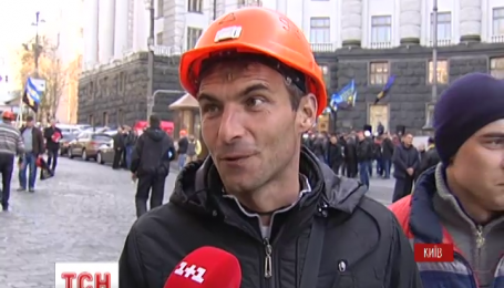 В Киеве полтысячи шахтеров сегодня днем перекрыли улицу Грушевского