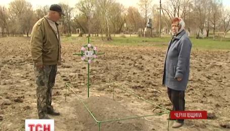 Внук установил могилу бабушки на чужом огороде