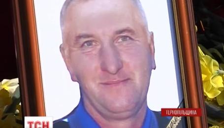 На Тернопільщині церковними дзвонами зустрічали труну із загиблим вояком
