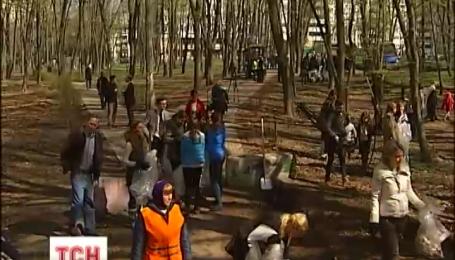 """Работники посольства США сегодня убирали столичный парк """"Нивки"""""""