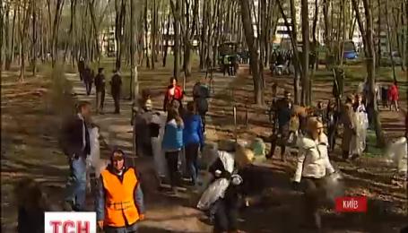 """Працівники посольства США вийшли прибрати сміття у столичному парку """"Нивки"""""""