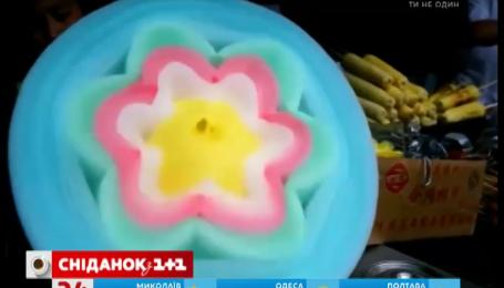 Жінка робить квітки із солодкої вати