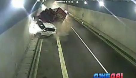 В Китайской провинции Гуйчжоу легковушка сбила фуру в тоннеле