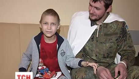 Боєць, що чудом порятувався, опікується онкохворими дітьми