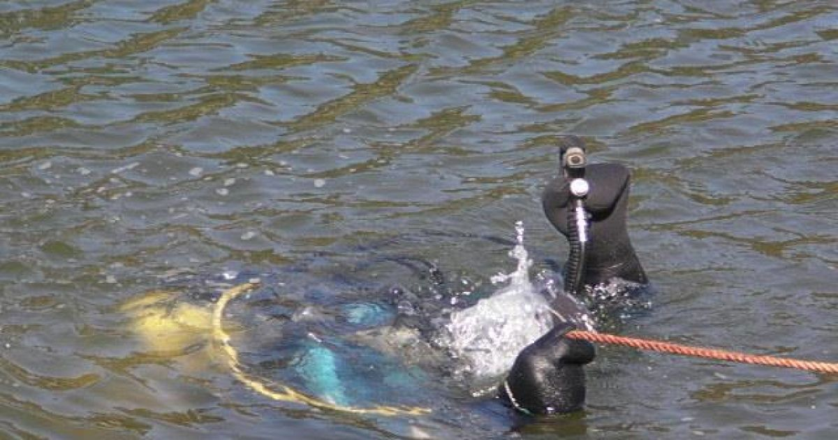 Водолази знайшли і доставили до берега тіло чоловіка. @ facebook.com/yury.bileckiy