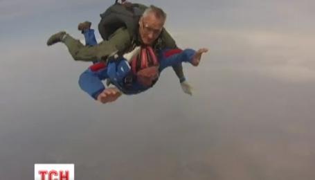 80-летнему дедушке подарили прыжок с парашютом