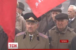 В Чернигове за советские флаги раздают крупы, масло и рыбные консервы