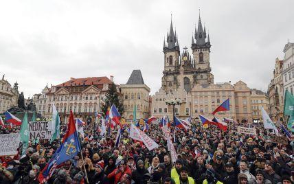 Без масок і дистанції: тисячі чехів вийшли на вулиці Праги через карантин