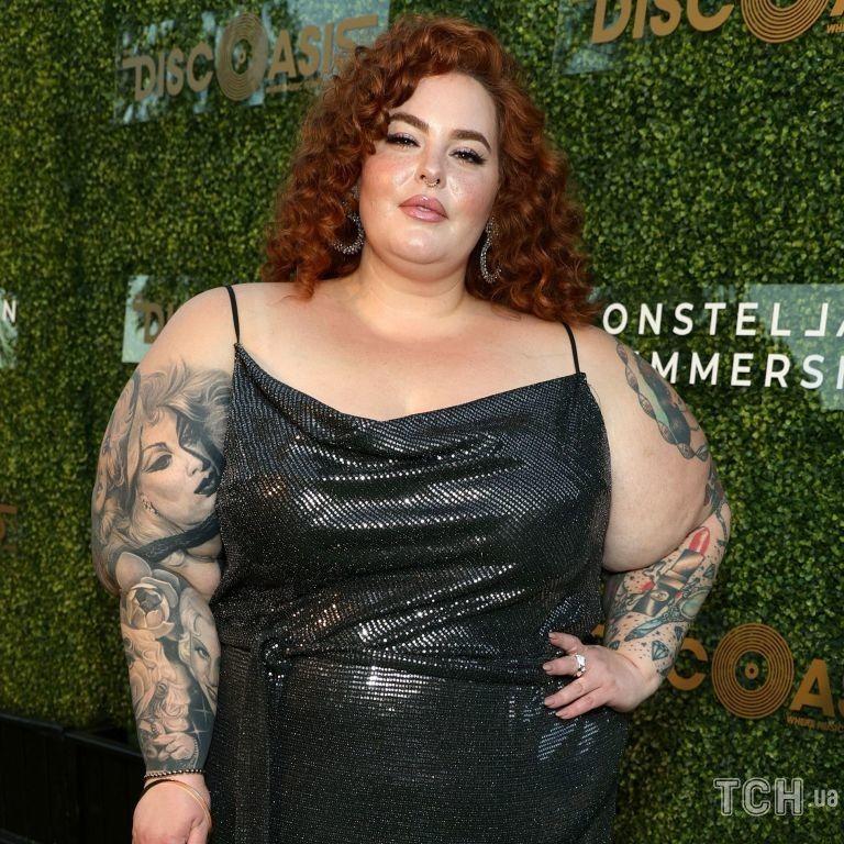 В платье на бретельках и с сумкой-шаром: 155-килограмовая модель Тесс Холлидей на вечеринке