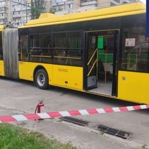 У пассажирки тяжелые ожоги, подозреваемому грозит пожизненное заключение: подробности поджога троллейбуса в Киеве