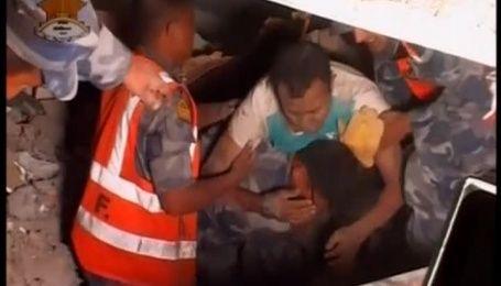 Під завалами у Непалі знаходять вцілілих людей
