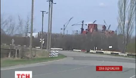Со дня взрыва на Чернобыльской АЭС прошло 29 лет, новый саркофаг все еще стоит недостроенный