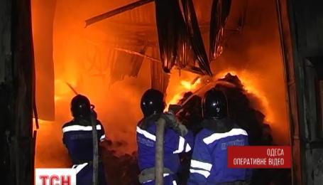 Понад півсотні одеських рятувальників приборкували пожежу на складах поруч із ринком 7 кілометр