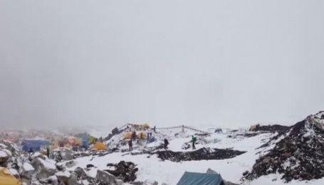 В Сети показали видео лавины на Эвересте, которая сошла из-за землетрясения