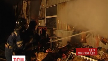 Одеські рятувальники приборкували пожежу на складах поруч із ринком 7 кілометр