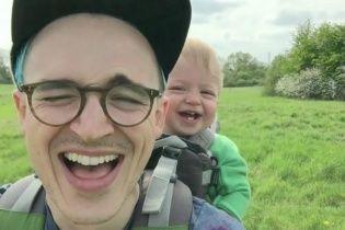 Пользователей Сети очаровало видео с малышом, который заливается смехом из-за одуванчика
