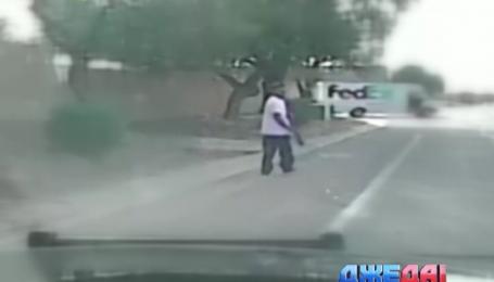 Американские полицейские переехали на авто преступника, который стрелял в прохожих