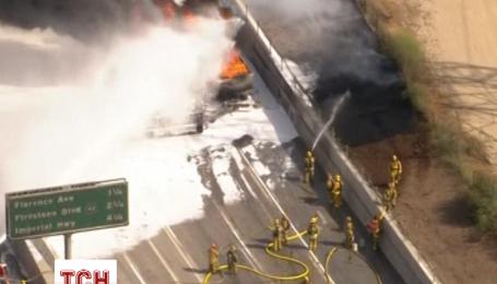 В Калифорнии загорелась автоцистерна, из-за чего возникла многокилометровая пробка