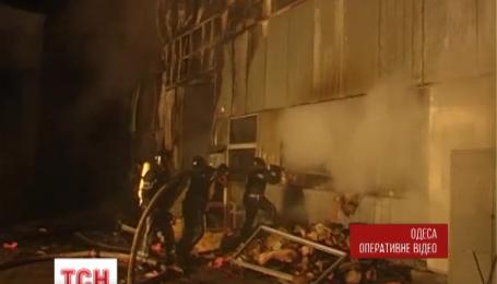 В Одесі понад півсотні рятувальників приборкували пожежу на складах поруч із ринком 7 кілометр