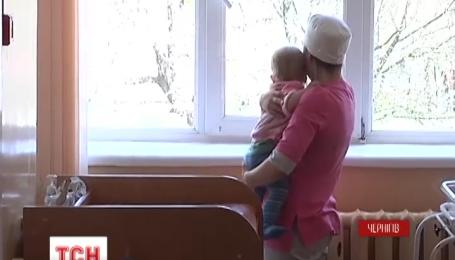 Правоохоронці знайшли маму дівчинки, яка підкинула дитину до лікарні в Чернігові