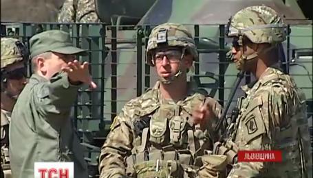 На Яворівському полігоні заокеанські вояки почали тренування українських солдатів