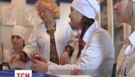 Студенти Луцького медичного коледжу на перервах складають аптечки життя