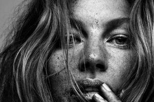 Жизель Бундхен продемонстрировала свою шикарную растяжку в фотосете для Vogue