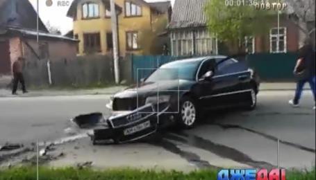 В Житомире водитель на полном ходу потерял колесо и снес столб