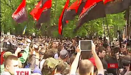 """С криками """"Ганьба!"""" представители «Правого сектора» пикетировали Администрацию президента"""