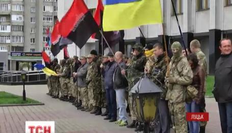 Поддержать своих собратьев вышли бойцы «Правого сектора» из Волынского отделения организации