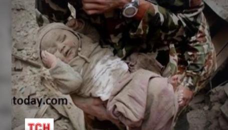 У Непалі з-під руїн вдалося витягти живим чотиримісячне маля