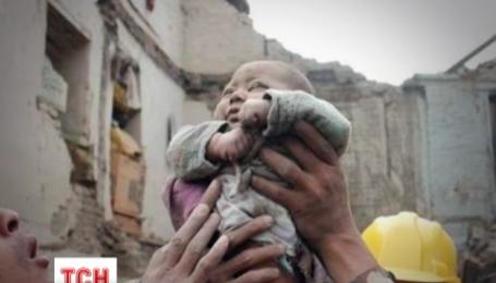 У Непалі з-під руїн вдалося витягти чотиримісячне маля