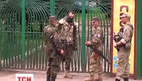 Учебный лагерь «Правого сектора» окружили регулярные войска ВСУ