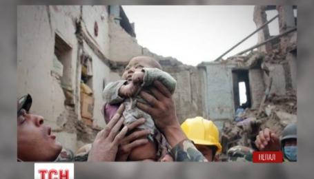 У Непалі з-під руїн вдалося витягти чотиримісячне немовля