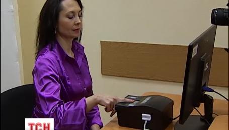 С июня украинцы будут сдавать отпечатки пальцев для получения шенгенских виз