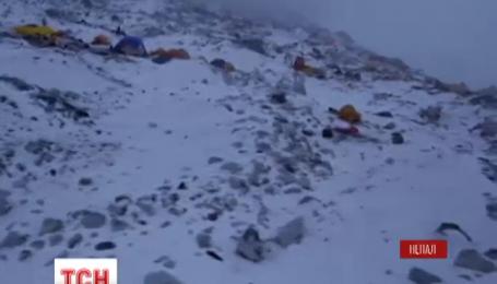 Пострадавших во время землетрясения альпинистов с Эвереста эвакуировали вертолетом